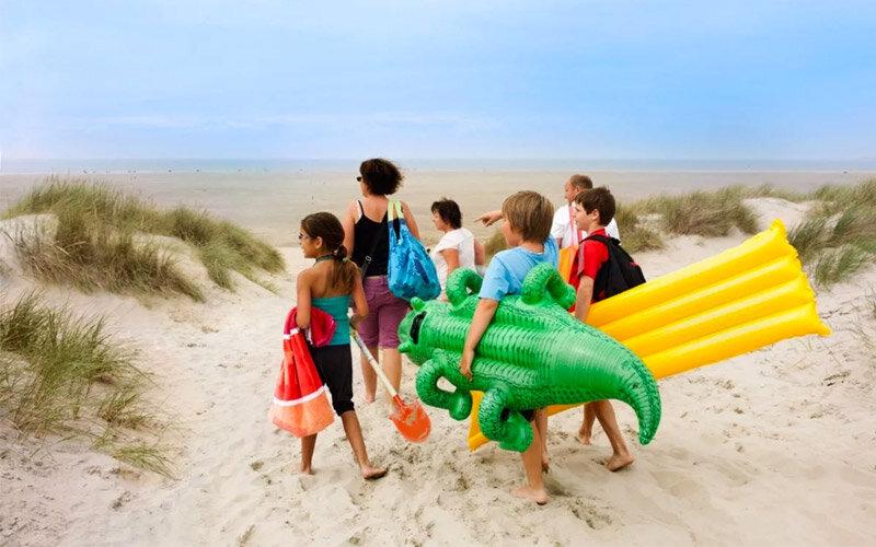 Kinderen lopen op het strand in Zeeland.