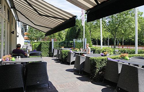 Terras bij Hotel Restaurant Arneville in Middelburg.