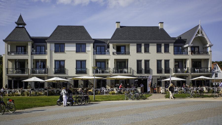 Vooraanzicht van Grand Cafe Blur in Dishoek.