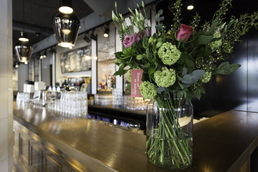 Bloemen op de bar van Grand Cafe Blur in Dishoek.