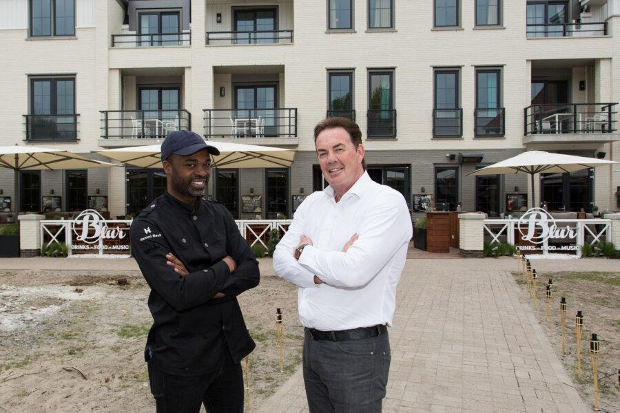 Twee mannen voor Grand Cafe Blur in Dishoek.