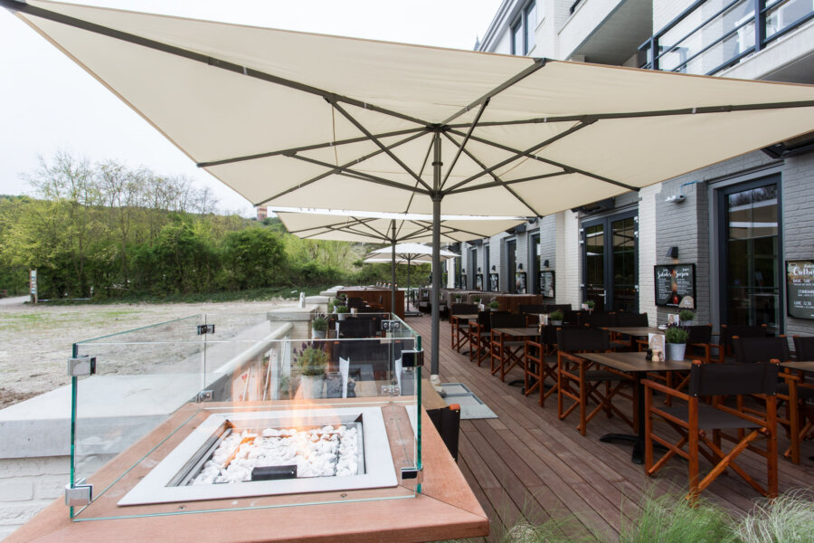 Terras van Grand Cafe Blur in Dishoek.