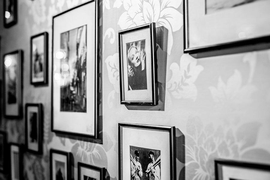 Foto's op de muur in restaurant Jersey in Goes.