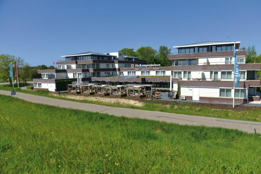 Vooraanzicht van Hotel Restaurant De Kamperduinen in Kamperland.