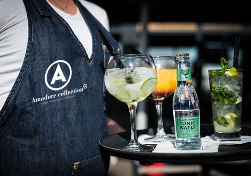 Amadore serveerster met cocktails in Zeeland