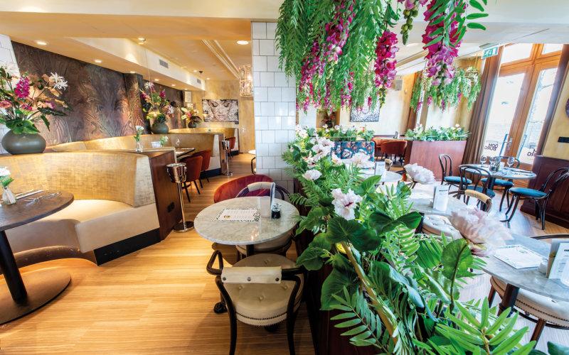 Interieur van Grand Cafe Domburg.