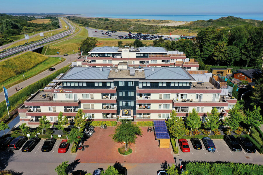 Een luchtfoto van Amadore Hotel de Kamperduinen in