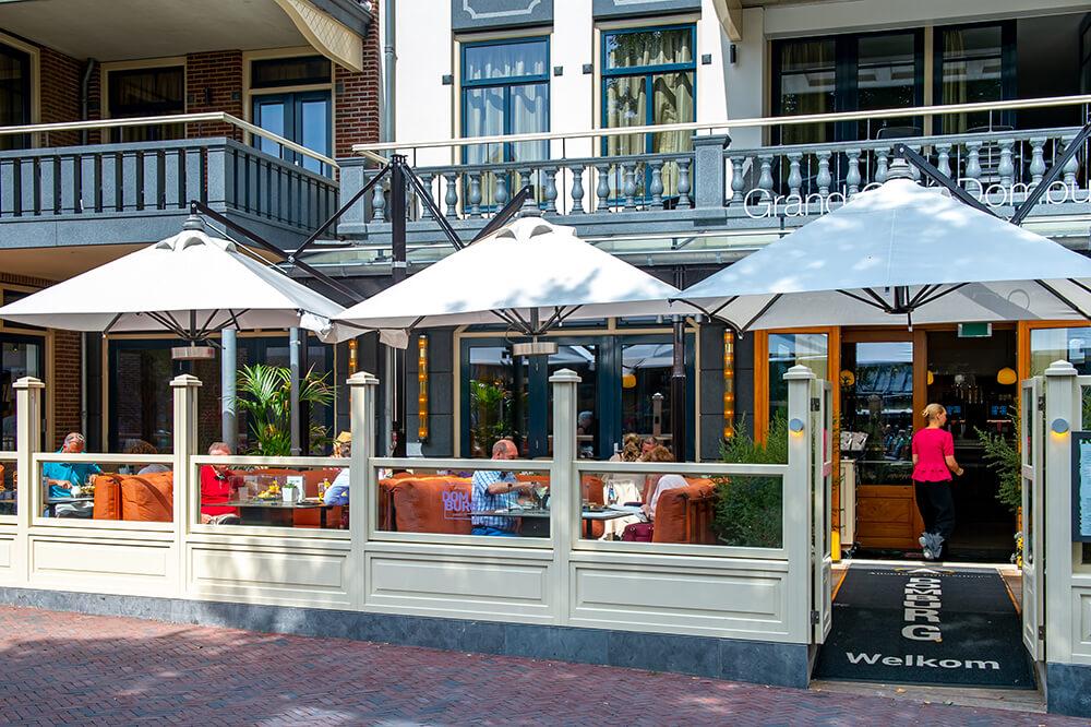 Vooraanzicht van Grand Cafe Domburg.