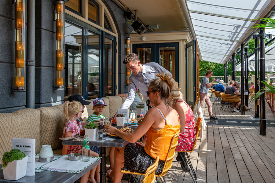 Terras van Grand Cafe Domburg.