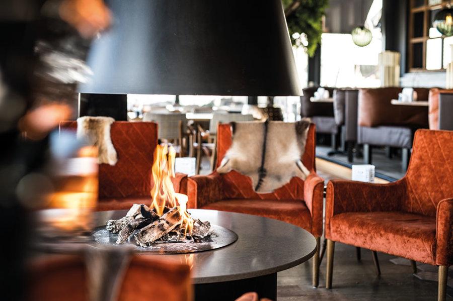 Zitjes met haard in Grand Café Next in Vlissingen.